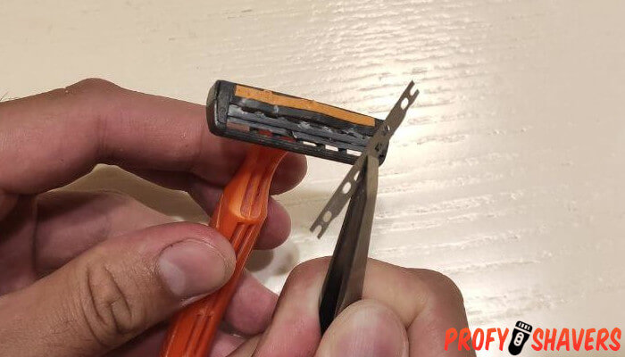 How to take a razor head off